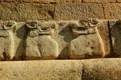 Yalli dirige estátuas na parede de pedra no templo antigo de Brihadisvara no cholapuram do gangaikonda, india fotos de stock