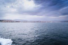 Yalova stad från avståndet under färjatrans. - Turkiet Arkivbilder
