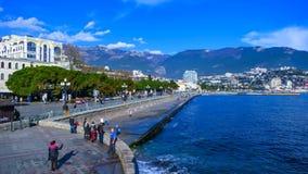Yalta, Ρωσία, 30-Δεκέμβριος-2017: Οι άνθρωποι περπατούν κοντά στη θάλασσα στην πόλη φιλμ μικρού μήκους