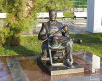 YALTA, REPUBLIC OF CRIMEA, RUSSIA — SEPTEMBER 5, 2016: Monument to actor Michael Pugovkin. Yalta, Crimea - September 5, 2016: Sculpture of man sitting in a Stock Photos