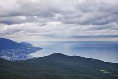 Yalta stad från detPetri berget naken sky för blå crimea kullliggande royaltyfria bilder
