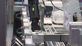 Yamaha ha avanzato la piattaforma di automazione di robotica con ispezione di controllo integrata braccio automatico del robot su stock footage