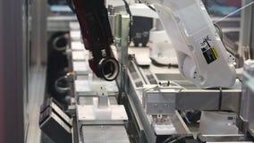 Yamaha ha avanzato la piattaforma di automazione di robotica con ispezione di controllo integrata braccio automatico del robot su video d archivio