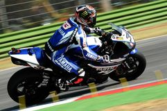Yamaha YZF R1 da equipe do Superbike do mundo de Yamaha, conduzido por Marco Melandri na ação durante a prática do Superbike em I Imagem de Stock