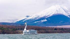 Yamanaka湖有富士登上背景和天鹅小船 免版税库存图片