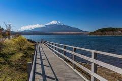 Yamanaka sjö med det Fuji berget i Japan Royaltyfri Foto