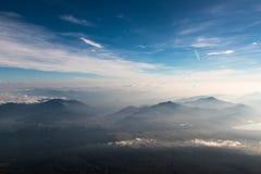 Yamanakako-` s Berge gesehen von der Spitze Mt Fuji in Japan Stockfotos