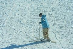 Yamanashi, Japan - 26. Januar 2018: Japanischer Mann, der Ski auf weißem Schnee am Skiort übt und spielt Lizenzfreie Stockfotos