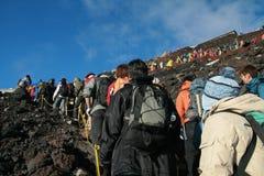 YAMANASHI, JAPAN - 29. JULI: Wanderer, die in Linie warten, um aufzustehen Lizenzfreies Stockfoto