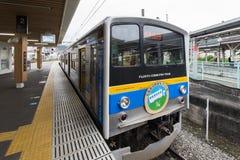 Yamanashi Japan - September 30, 2016: Fujikyu pendeltåg på den Otsuki stationen Royaltyfri Fotografi