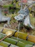 YAMANASHI, JAPON - 26 SEPTEMBRE 2017 : Eau de source de robinet d'ornement de dragon d'étang de Waku à Oshino Hakkai image libre de droits