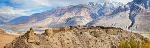 Yamchun堡垒, Ishkashim,帕米尔,塔吉克斯坦全景  免版税图库摄影