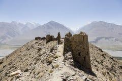 Yamchun forteca w Wakhan dolinie blisko Vrang w Tajikistan Góry w tle są Hinduski Kush w Afganistan zdjęcie stock