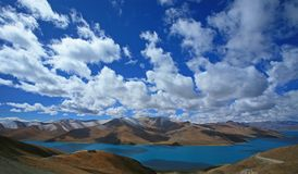 Yamdrok lake in mountains Royalty Free Stock Images