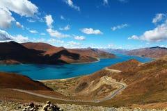 Yamdroktso Meer in Tibet Stock Afbeeldingen