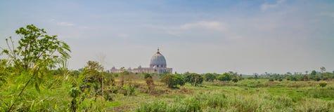 Yamoussoukro Elfenbenskusten - Februari 01 2014: Berömd gränsmärkebasilika av vår dam av fred, afrikansk kristen domkyrka Royaltyfri Fotografi