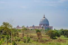Yamoussoukro Elfenbenskusten - Februari 01 2014: Berömd gränsmärkebasilika av vår dam av fred, afrikansk kristen domkyrka Royaltyfri Bild