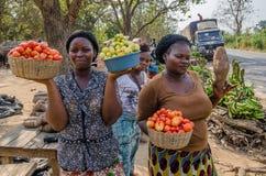 Yamoussoukro, Z kości słoniowej wybrzeże - Styczeń 31,2014: Niezidentyfikowane Afrykańskie kobiety przedstawia ich warzywa przy d zdjęcie royalty free