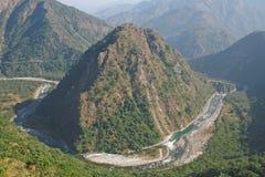 Yamuna die van de rivier door bergen zijn manieren windt door himalayan m stock foto's