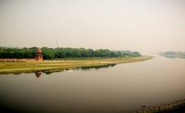 Yamuna flod och en man i fartyg Sikt från Taj Royaltyfri Bild