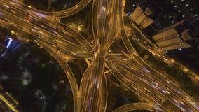 Yan 'uma junção de estrada elevado na noite Cidade de Shanghai China Vista invertido a?rea video estoque