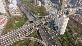 Yan een ?Complex Wegviaduct in Sunny Day Shanghai, China Lucht Mening stock footage