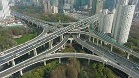 Yan'an a ?lev? le passage sup?rieur de route chez Sunny Day Ville de Changha? La Chine Silhouette d'homme se recroquevillant d'af banque de vidéos