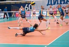 Yana Shcherban ( 6) få en boll och fall ner Arkivbilder
