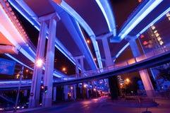 Yanan höjde vägföreningspunkten som var upplyst vid natt, Shanghai, Royaltyfria Foton