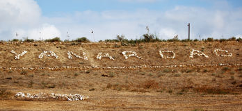 Yanar Dag -在山坡连续地燃烧的天然气火 免版税图库摄影