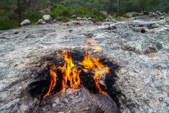 Yanartas är brinnande stenar ett geografiskt särdrag nära den Olympos dalen och nationalparken i Antalya arkivfoton