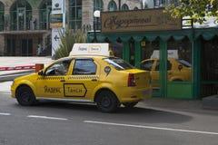 Yandex taxi nära restaurangsemesterorten i Sochi Royaltyfria Bilder