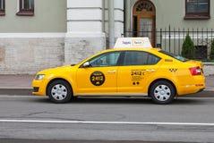 Yandextaxi bij de stadsstraat in St. Petersburg, Rusland Stock Fotografie