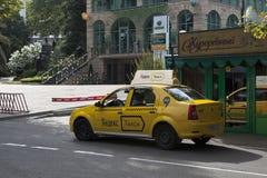 Yandextaxi op de straat Voykova in stad van Sotchi Royalty-vrije Stock Afbeelding