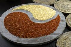 Yang blanc et noir de yin de quinoa sur le fond avec le vieil ornamenta Photo stock
