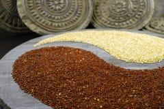 Yang blanc et noir de yin de quinoa sur le fond avec le vieil ornamenta Photos stock