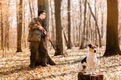 Yang-J?ger mit einem Hund auf dem Wald stockfotos
