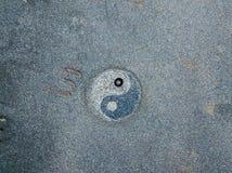 yang yin Flyg- sikt av den svarta stenstranden, Nonza, geometriska designer som göras med stenar royaltyfria bilder
