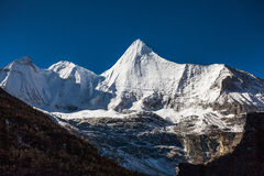 Yangmaiyong雪山在阿吨 库存照片