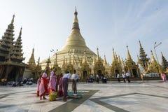 Yangon, το Μιανμάρ - 8 Μαΐου 2017: Ομάδα βουδιστικών καλογριών στην παγόδα Shwedagon, Yangon, το Μιανμάρ Στοκ Φωτογραφίες