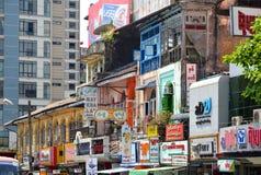 Yangon, το Μιανμάρ - 9 Μαρτίου 2015: Μια άποψη archtecture οδών με το αποικιακό κτήριο στην πόλη Yangon Στοκ εικόνες με δικαίωμα ελεύθερης χρήσης