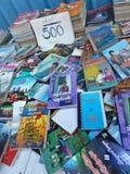 YANGON, BIRMANIE - 23 décembre 2013 - une vue plus étroite des livres utilisés dessus Images libres de droits