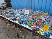 YANGON BURMA - DECEMBER 23, 2013 - medelsikt av använda böcker på Royaltyfri Fotografi