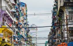 YANGON, MYANMAR 10 ΣΕΠΤΕΜΒΡΊΟΥ 2016: Πόλη της Κίνας Yangon με τα παλαιά κλείνω με παντζούρια κτήρια και τα δορυφορικά πιάτα του Στοκ Εικόνες