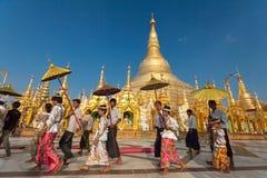 YANGON, MYANMAR - 2011: Cerimônia da classificação no pagode de Shwedagon Foto de Stock