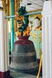 Yangon, Myanmar - 19 de fevereiro de 2014: Bell no templo dourado de buddha em Imagem de Stock Royalty Free