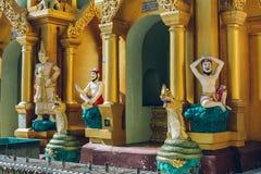 Yangon, Myanmar - 19 de fevereiro de 2014: Feche acima do statu dourado de buddha Fotos de Stock