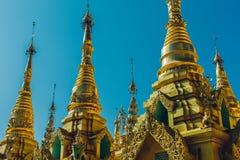 Yangon, Myanmar - 19 de fevereiro de 2014: Feche acima do templ dourado de buddha Imagens de Stock Royalty Free