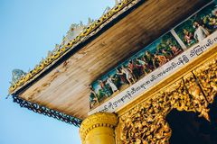 Yangon, Myanmar - 19 de fevereiro de 2014: Feche acima do templ dourado de buddha Imagens de Stock