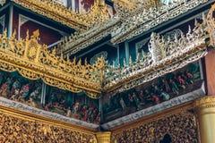 Yangon, Myanmar - 19 de fevereiro de 2014: Feche acima do templ dourado de buddha Fotos de Stock Royalty Free